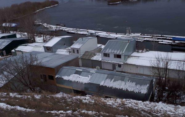 Отбор проб природной воды сотрудниками филиала ЦЛАТИ по Волгоградской области на территории водоохранной зоны реки Ахтубы.
